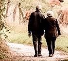 Äldre kvinna och äldre man