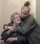 Äldre kvinna och yngre kvinna